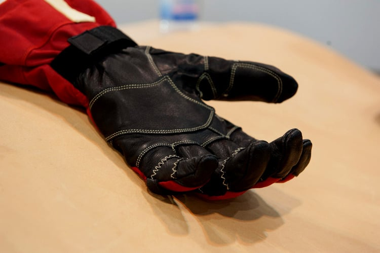 Fitting ski gloves