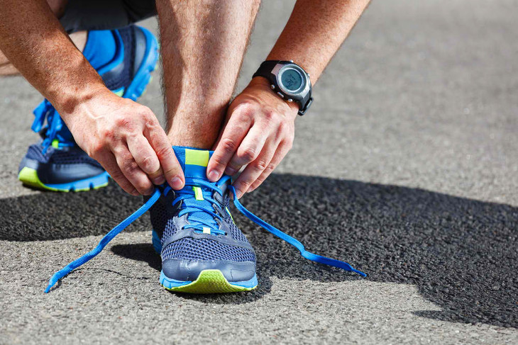 Tying shoelaces before run