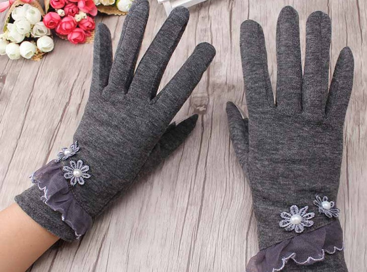 Winter gloves with flower decors