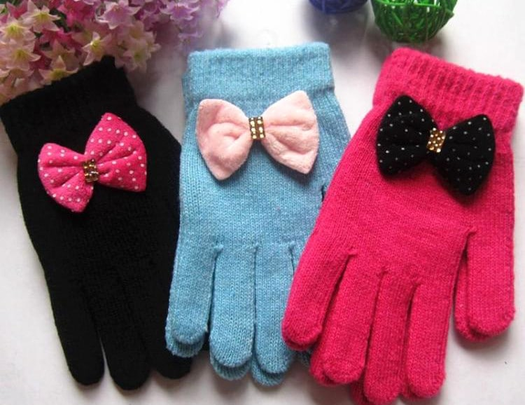 Winter gloves with ribbon